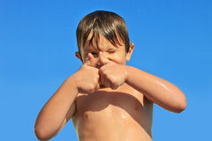 O menino de aproximadamente cinco mostras gesticula & x22; ok& x22; com ambas as mãos Fotos de Stock Royalty Free