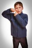 O menino de Gray Teen empurra a cara da espinha no fundo branco foto de stock royalty free