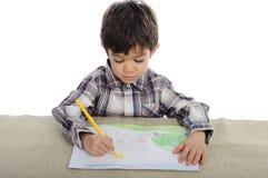 O menino de Litte está tirando com pensils imagem de stock royalty free