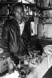 O menino de Mali prepara o chá da hortelã imagem de stock