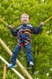 O menino de sorriso feliz está saltando no trampolim Imagem de Stock