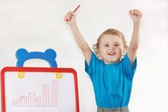 O menino de sorriso pequeno desenhou um diagrama do crescimento Fotografia de Stock