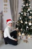 O menino de sorriso próximo decorou a árvore de Natal Foto de Stock