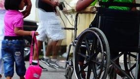 O menino deficiente do paraplégico implorar quando em sua cadeira de rodas video estoque
