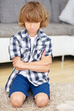 O menino desafiante cruza seus braços Fotos de Stock Royalty Free