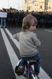 o menino desconhecido na bicicleta antes da formação da polícia Imagens de Stock Royalty Free