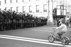 O menino desconhecido na bicicleta antes da formação da polícia, em partes da oposição do russo para eleições justas, pode 6, 201 Foto de Stock