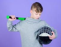 O menino do adolescente gosta do basebol Lazer e estilo de vida ativos Inf?ncia saud?vel Aprecie o jogo ativo Junte-se ? equipe d foto de stock