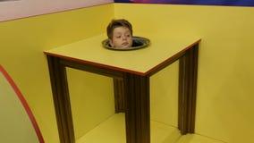 O menino do adolescente mostra um foco mágico de uma ilusão de um corpo sem uma cabeça filme