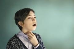 O menino do cantor do adolescente canta perto acima do retrato fotografia de stock