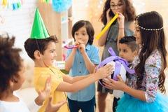 O menino do feliz aniversario recebe a bola do futebol como o presente de aniversário Festa de anos feliz Imagem de Stock Royalty Free