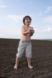 O menino do liitle com terra preta foto de stock