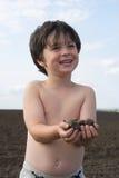 O menino do liitle com terra preta fotografia de stock royalty free