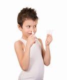 O menino do menino usa um pulverizador frio Fotografia de Stock Royalty Free
