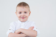 O menino dobrou seus braços através de sua caixa fotografia de stock royalty free