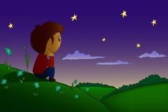 O menino dos desenhos animados descansou no campo e no monte da noite Imagens de Stock Royalty Free