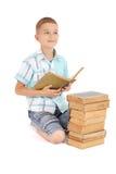 O menino dos jovens sonha perto do livro velho aberto Foto de Stock Royalty Free