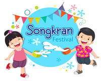 O menino e a menina apreciam espirrar a água no festival Tailândia de Songkran ilustração stock