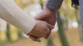 O menino e a menina deixaram lentamente vão de se as mãos, o símbolo da dissolução e o divórcio vídeos de arquivo