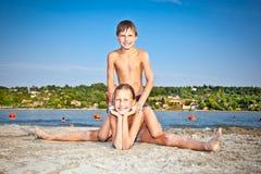 O menino e a menina na costa encalham em Novi Sad, Sérvia Foto de Stock