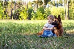 O menino e o cão para uma caminhada Fotos de Stock Royalty Free