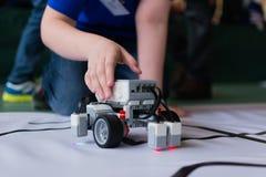 O menino e o robô pequeno imagens de stock