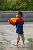 O menino em um festival da luta da água (Chiangmai, Tailândia) Fotos de Stock Royalty Free