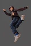 O menino em um salto simula um elemento da dança Fotografia de Stock Royalty Free