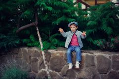 O menino em um tampão Fotografia de Stock Royalty Free