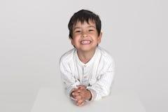 O menino em uma camisa sorri Fotografia de Stock Royalty Free