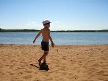 O menino em uma praia Fotografia de Stock Royalty Free