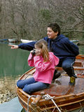 O menino ensina a menina trabalhar com a câmera fotografia de stock royalty free