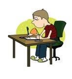 O menino escreve com uma pena que senta-se na tabela Imagens de Stock Royalty Free