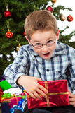 O menino espantou-se do índice de seu presente do Natal Imagens de Stock Royalty Free