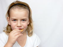 O menino está comendo bolinhos Fotografia de Stock Royalty Free