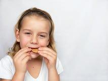 O menino está comendo bolinhos Foto de Stock Royalty Free