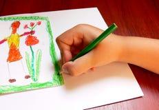 O menino está desenhando um retrato Foto de Stock Royalty Free