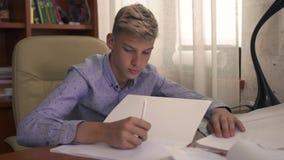 O menino está estudando em casa video estoque
