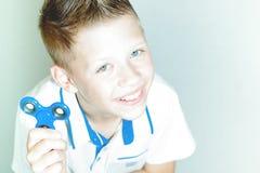 O menino está guardando um girador Imagem de Stock
