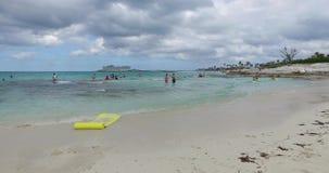O menino está jogando na praia, perto da água, Bahamas video estoque