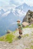 O menino está no trajeto da montanha Fotografia de Stock