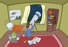 O menino está olhando em um telescópio Fotografia de Stock Royalty Free