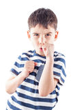 O menino está pronto para lutar com punhos Fotos de Stock