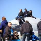 O menino examina com cuidado o assento piloto do ` s na cabina do piloto do lutador Close-up Fotografia de Stock