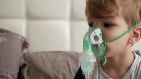 O menino faz a inalação a medicina filme