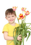 O menino feliz com um ramalhete dos tulips imagem de stock royalty free