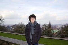 O menino feliz está olhando a câmera Bielefeld, Alemanha imagens de stock royalty free