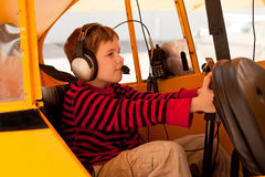 O menino finge voar o avião de Cub do gaiteiro imagens de stock royalty free