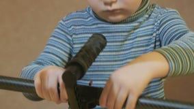 O menino focalizado que tenta conectar detalhes filme