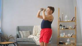 O menino gordo levanta um peso filme